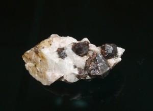 鉄礬柘榴石(福岡県)